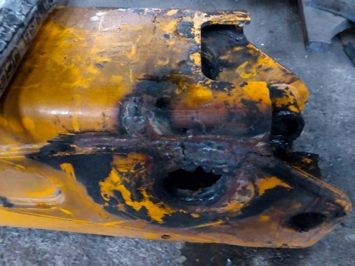 сломанная стрела погрузчика JCB